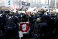 La Policía carga contra una protesta de bomberos en París