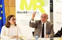 El consejero de Agricultura, Jesús Julio Carnero (d), presenta la encuesta realizada a más de 1.000 mujeres de la Comunidad.