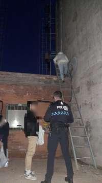 La Policía rescata a 11 menores a 8 metros en un edificio