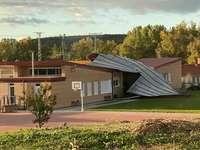 El viento dejó una llamativa imagen en la que el tejado levantado tapaba la salida al patio del colegio.