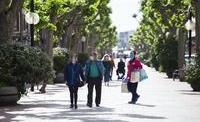 Ciudadanos con mascarillas por el centro de Logroño