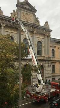 Se desprende un cascote de la fachada de la Diputación