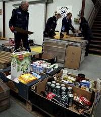 Voluntarios del Banco de Alimentos, durante un reparto de material.