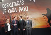 Fernández Mañueco (2i) charla con el presidente nacional del PP, Pablo Casado, y el consejero de Cultura, Javier Ortega, en compañía de Ana Pastor, vicepresidenta del Congreso, en Fitur.