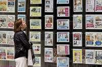Una mujer observa el exterior de una oficina inmobiliaria de Burgos.