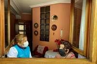 Verónica Lorenzo, empleada de ayuda a domicilio, acude tres días a la semana al domicilio de esta usuaria de avanzada edad que vive sola.