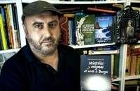 Fran Renedo Carrandi, experto en divulgación de la cultura cántabra y apasionado de lo misterioso, con su libro 'Misterios y enigmas del norte de Burgos'.