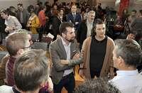 Luis Tudanca (c) conversa con alcaldes y militantes antes de intervenir en elConsejo de Alcaldes socialistas.