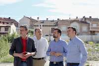 Fraile, a la derecha en una visita a la parcela del futuro centro de salud