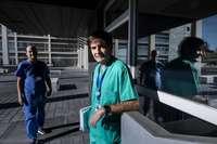 José Antonio Fernández Ratero, jefe de la Unidad de Cuidados Intensivos del HUBU. Tras él, Sergio Ossa, coordinador de las unidades covid.