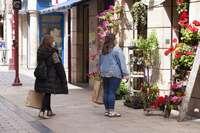 Dos clientas aguardan turno para entrar a una tienda.