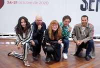 La directora Isabel Coixet junto a la actriz Sarita Choudhury, los actores Pedro Casablanc y Edgar Vittorino, y el productor Agustín Almodóvar, en la presentación de la película de la Sección Oficial 'Nieva en Benidorm'.