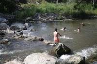 Un grupo de jóvenes se baña en el río Iregua a su paso por Alberite.