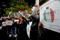 Varios hosteleros protestan contra las medidas anticovid impuestas por el Gobierno italiano