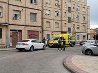 Un ambulancia de SOS Rioja, frente al edificio donde se ha producido el presunto parricidio.