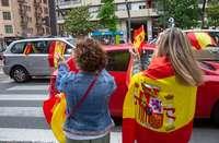 Dos mujeres aplauden al paso de vehículos participantes en la manifestación de Vox en Logroño.