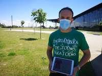 El tutor de quinto y sexto de Primaria en el CRA Valle del Riaza, Roberto Fernández, muestra la camiseta en su tablet.