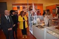 Los representantes institucionales visitan uno de los expositores participantes en la feria.