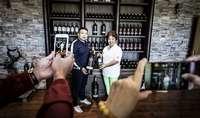 Visitantes chinos conocen una bodega de Ribera del Duero en la provincia de Soria.