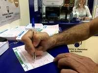 Una persona rellenando un boleto.