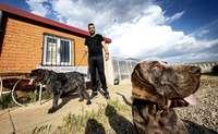 Óscar Vidueiros, en el criadero con dos de los perros a los que miman durante años.