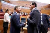Raúl de la Hoz y Luis Tudanca charlan durante el último pleno en las Cortes.