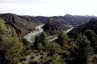 Fotografía de los cañones que forma un meandro del río Segura, visibles desde la carretera.