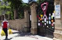 Puerta del colegio Escolapias Sotillo de Logroño, con mensajes de madres y padres en apoyo de la enseñanza concertada.