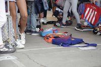 Niños haciendo fila en la entrada del colegio, en una imagen de archivo.