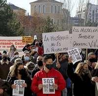 Imagen de la manifestación celebrada ayer por los hosteleros de Valladolid contra el cierre de sus establecimientos.