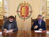 Javier Izquierdo (d) firmó ayer con el alcalde de Valladolid la renovación de la adhesión de la Policía Local en el sistema Viogen.