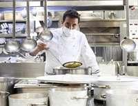 Francis Paniego, en la cocina del restaurante Echaurren, en Ezcaray.