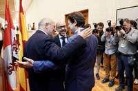 Francisco Igea (i) saluda al presidente de la Junta, Fernández Mañueco, junto al consejero de Cultura.