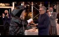 Eugene Levy recibe la estatuilla a mejor actor de comedia por su trabajo en 'Schitt's Creek'.