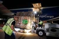 Voluntarios gestionaron las labores de descarga de los respiradores a su llegada al aeropuerto de Madrid hace unos días.