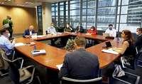 La consejera de Empleo, Carlota Amigo (d), preside la reunión del Consejo del Diálogo Social celebrada ayer en Valladolid.