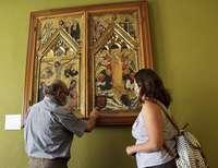 El historiador Juan Carlos Llorente señala el escudo del Arcediano Gómez González.