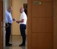 Francisco Igea (i) y David Castaño charlan en un pasillo de las Cortes.