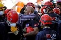 Un centenar de supervivientes entre los escombros en Esmirna