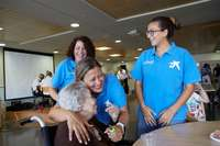 Voluntarios de 'la Caixa' ayudan a 2.400 personas mayores