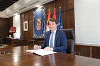 El presidente de la Junta, Alfonso Fernández Mañueco, firma la nueva ley.