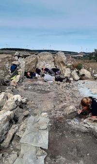 Excavaciones en el Dolmen El Peñón, en Reinoso.