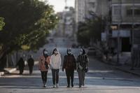 Ciudadanas palestinas caminan por las calles de Gaza