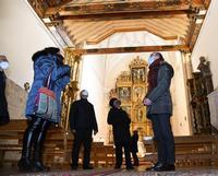 El consejero de Cultura y Turismo, Javier Ortega, presenta las actuaciones realizadas en el retablo de la iglesia de San Nicolás de Bari.
