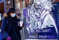 Una mujer pasea por Londres ante un grafitti en homenaje al duque de Edimburgo.