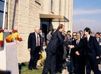El rey Juan Carlos saluda al ministro de Industria, Claudio Aranzadi en presencia del vicepresidente de Castilla-La Mancha, José María Barreda (i) tras el acto de inauguración de la nueva factoría de la empresa Construcciones Aeronáuticas S.A. (CASA)