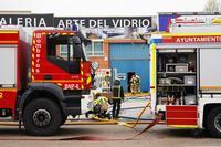 Los bomberos intervienen en el incendio de una empresa de vidrio en el Polígono de San Cristóbal