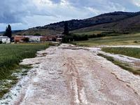 La carretera BU-V-5104, que une Quintana Urria con Rublacedo de Abajo, quedó intransitable tras la granizada.