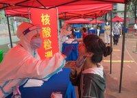Realización del test de COVID-19 en Wuhan en una imagen de Archivo