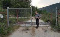 Un senderista se encuentra con uno de los accesos a un camino público de Rioseco cerrado con candado.